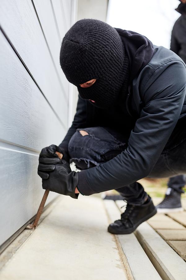 Garage-Door-Burglar-with-crowbars