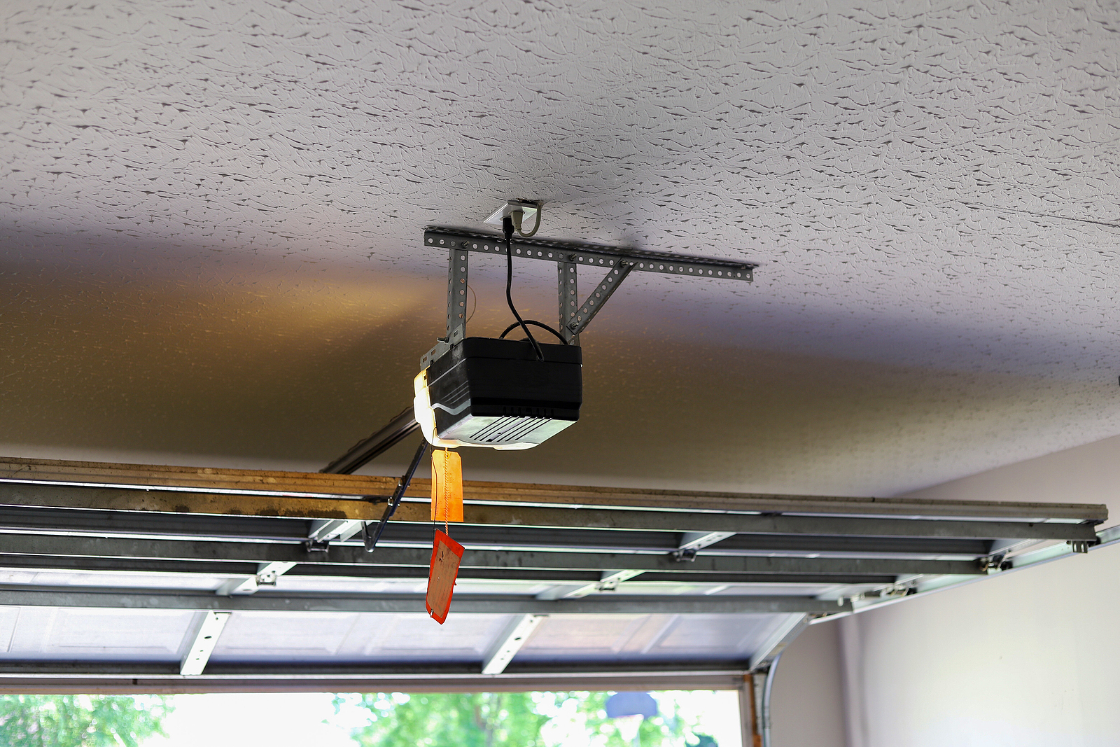 Automatic-Garage-Door-Opener-on-the-Ceiling